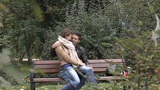 Парень наблюдает, как его девушка отрабатывает на лавочке актерское мастерство. Соблазны