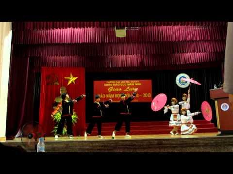 Bài múa dân tộc mèo do các nữ sinh khoa sư phạm mầm non ĐHHP thể hiện
