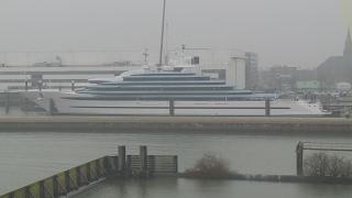 Megajacht te water in Alblasserdam: 'Het lijkt wel een cruiseschip'