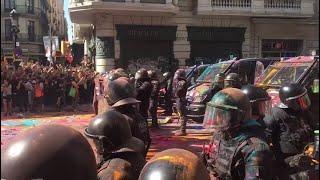 Tensión entre independentistas y policías en Barcelona