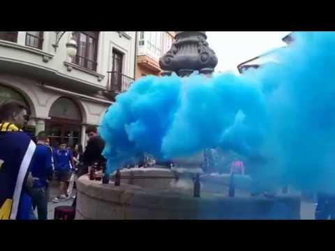 Los aficionados del Oviedo tiñen de azul las calles de Lugo