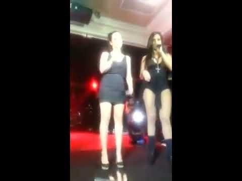 """(Anitta sensualiza com uma """"fã mulher """"no palco pretin)"""