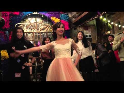 Cô dâu chân đất nhảy múa tưng bừng trong đám cưới