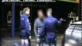 Poliisit ja kiukkuinen mies! Koira vs. käärme