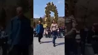 Çinli dede ile torununun harika dansı^^