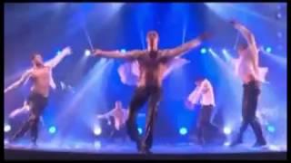 Танцевального шоу под дождем Love Confession.