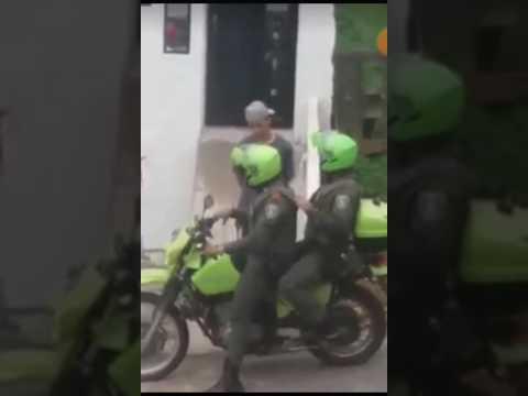 POLICIAS CORRUPTOS EN MEDELLIN RECIBEN DINERO.  CORRUPT POLICE IN MEDELLIN RECEIVE MONEY.