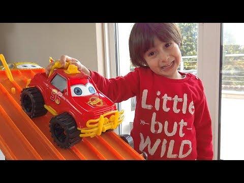 Oyuncak Arabalarla Legoları Devirdik Çocuk Videoları | Tossed Legos With Toy Cars