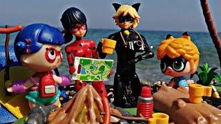 Мама Леди Баг папа Супер-Кот и дети в походе с палатками Семья Леди Баг на море