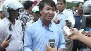 Confrontation betwen Boeung Kak Lake residents and security force in front of Hun Sen's mansion.wmv