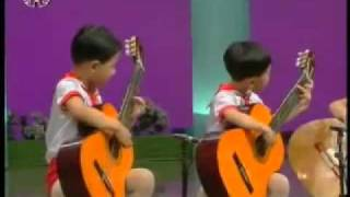 китайские (а мож и корейские) дети играют на гитарах