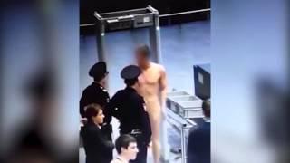 Un homme passe un contrôle de sécurité à poil thumbnail