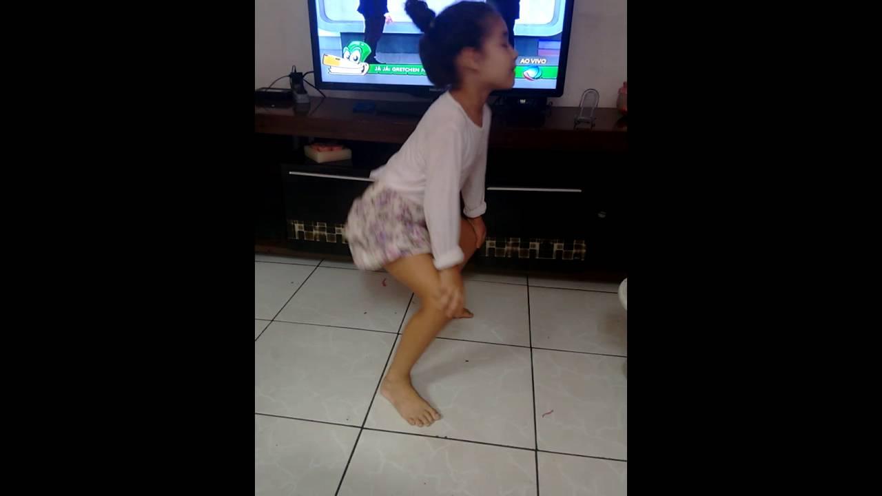 Criança de 6 anos  dançando, e faz tum tum tum e as meninas dança