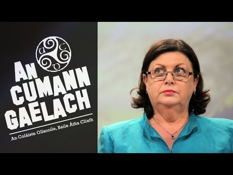 Bhronn An Cumann Gaelach UCD Gradam de hÍde ar an gcoimisinéir Eorpach Máire Geoghegan-Quinn