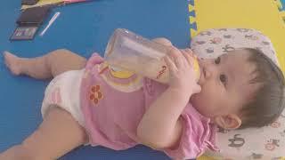 Dạy bé tự cầm bình sữa - Teach baby to hold the bottle - Kid Toys Media