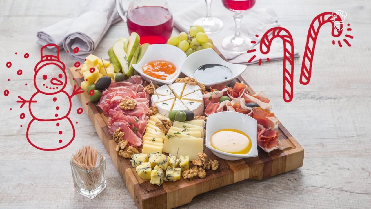 Винная тарелка с сыром, фруктами и прошутто. Праздничный ужин с ШЕФМАРКЕТ