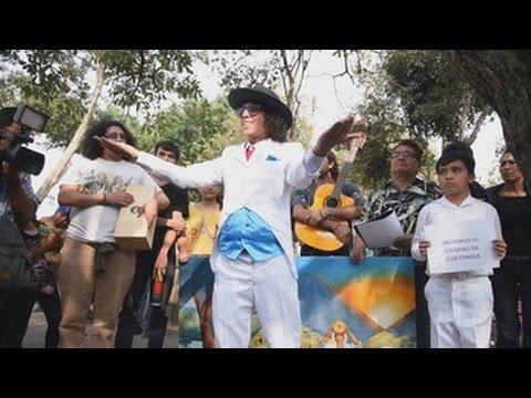 un actor peruano se casa con un arbol en guatemala
