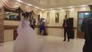 На свадьбе спел песню для невесты