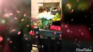 Arranging white roses in small vase