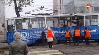 РЕН ТВ публикует видео лобового столкновения автобуса с трамваем в Ирукутске(Момент столкновения сняла камера видеонаблюдения, установленная на перекрестке. Сегодня на одном из перек..., 2015-09-28T04:34:57.000Z)