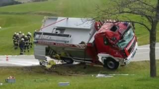 Feuerwehrfahrzeug verunglückt auf Einsatzfahrt