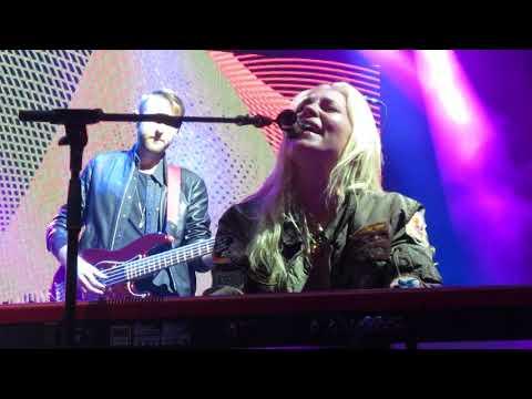 "Skylar Grey - ""Glorious"" (Live in Boston)"
