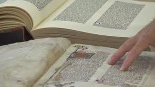 En la Biblioteca de los Libros Felices, los libros no se tocan, se  acarician | Cultura y entretenimiento | Agencia EFE