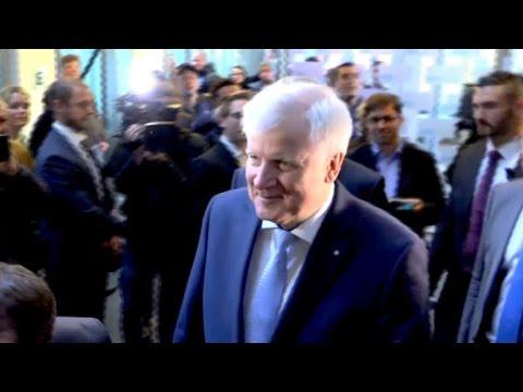 Seehofer will CSU-Chef und bayerischer Ministerpräsident bleiben