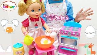 卵を割ることができる人形で遊びました。かき混ぜたり、ミルクを 注いだ...