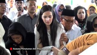 Download Video Prosesi Pemakaman Ayah Nia Ramadhani MP3 3GP MP4