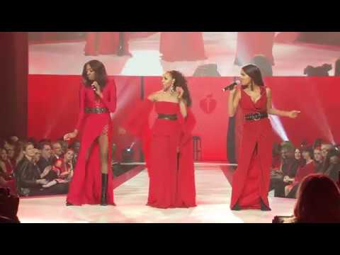 , EN VOGUE GOES RED FOR NEW YORK FASHION WEEK