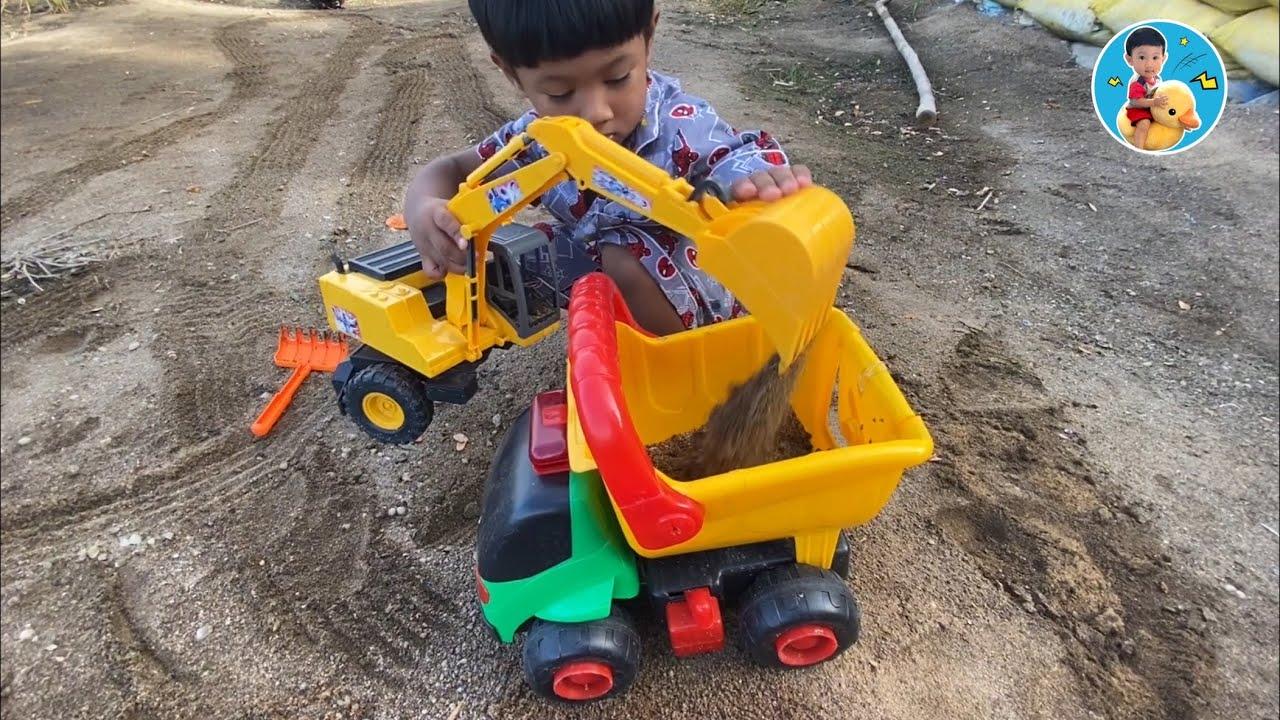 น้องภูมิแม่หญิง   เล่นตักทราย รถดั้ม รถแม็คโคร แม่น้ำปิงน้ำแห้ง