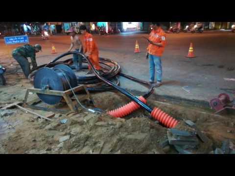 Kéo cáp ngầm để thi công dây điện ngầm dưới mặt đất