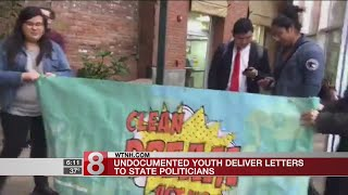 Undocumented youth deliver letters to state politicians