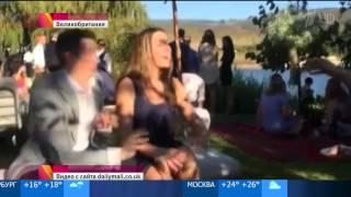 Ловко отбил букет невесты из рук девушки