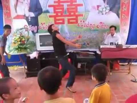 boy dance in webing - Clip Trai làng nhảy sàn trong đám cưới !