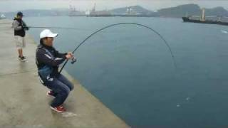 Repeat youtube video Shore Jigging Taiwan - 東堤 打魚蓋流哥第一彈