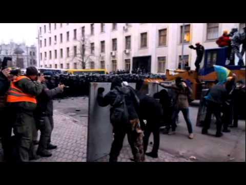 Экстремисты избили бойцов Беркута цепями под АП
