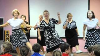 Пенсионеры танцуют рок-н-ролл