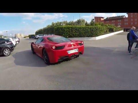 Lorenzo Insigne lascia l'allenamento a bordo della Ferrari 458