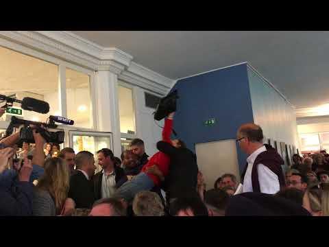 Perturbations pendant la présentation du livre de François Hollande