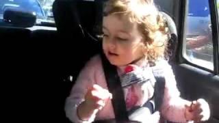 une petite fille chante heal the world de michael jackson avec tout son coeur