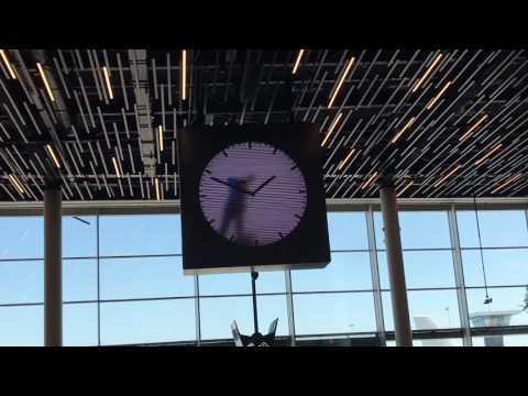 Ahora que mucha gente viajará en avión, fijaros en el de Amsterdam el reloj tan original que hay...El tiempo pasa y un encargado digital nos lo hace saber de una forma curiosa...