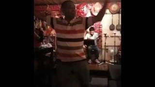 沖縄国際通り裏にある 某民謡酒場での出来事です。 華麗なダンシングご...