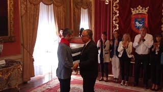 Alberto Undiano Mallenco recibe el cuarto 'Pañuelo de Pamplona'