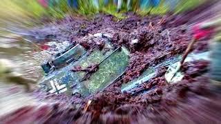 Мальчик прогуливался по лесу и обнаружил старые следы которые вели в озеро.