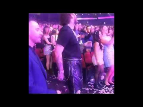 Shania Twain Rocks Post Malone At AMA's FULL VIDEO