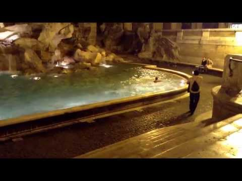 Italia enfurecida por culpa de tres jóvenes que se bañaron en una fuente histórica en Roma