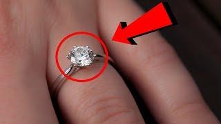 Compró anillo barato en un mercado, 30 años después lo mira de cerca y su secreto la deja en shock