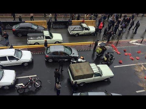 إيران: مقتل شرطي في كرمنشاه واعتقال 40 شخصا خلال احتجاجات على زيادة أسعار البنزين…  - 13:00-2019 / 11 / 17